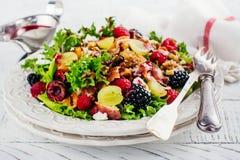 Köstlicher bunter Salat für Weihnachtsessen Stockbilder