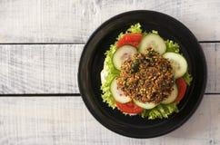 Köstlicher Burger des strengen Vegetariers auf dem Holztisch rustikal Stockfoto