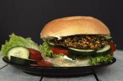 Köstlicher Burger des strengen Vegetariers auf dem Holztisch rustikal Lizenzfreies Stockfoto