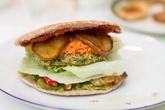 Köstlicher Burger des strengen Vegetariers auf weißer Platte Lizenzfreie Stockfotos