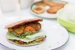 Köstlicher Burger des strengen Vegetariers auf weißer Platte Lizenzfreie Stockfotografie