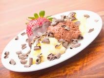 Köstlicher Eiscremenachtisch auf weißer Platte Lizenzfreie Stockbilder