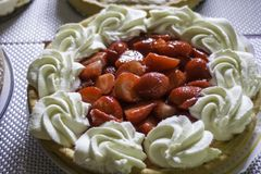 Köstlicher Erdbeerkäsekuchen mit Sahne Stockbilder