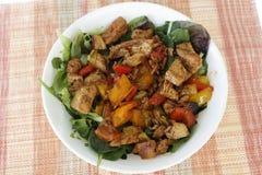 Köstlicher feinschmeckerischer Hühnergemüse-Salat Stockfoto