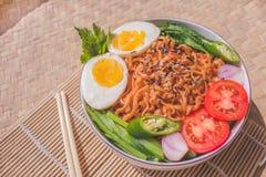 Köstlicher Fried Noodles auf einzigartiger Bambus gesponnener Tabelle Stockbilder