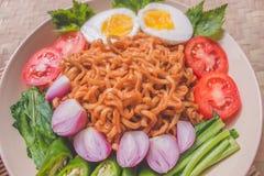 Köstlicher Fried Noodles auf einzigartiger Bambus gesponnener Tabelle Lizenzfreie Stockfotografie