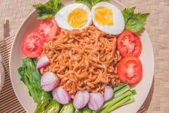 Köstlicher Fried Noodles auf einzigartiger Bambus gesponnener Tabelle Stockfotografie