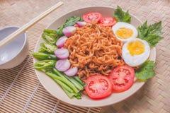 Köstlicher Fried Noodles auf einzigartiger Bambus gesponnener Tabelle Lizenzfreies Stockbild