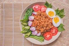 Köstlicher Fried Noodles auf einzigartiger Bambus gesponnener Tabelle Stockfotos