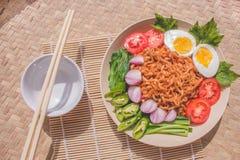 Köstlicher Fried Noodles auf einzigartiger Bambus gesponnener Tabelle Stockbild