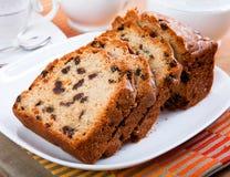 Köstlicher frischer geschnittener Kuchen auf einer Platte Stockfoto