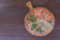 Köstlicher gebackener Italiener Salmon Pizza auf dem Holztisch Lizenzfreie Stockfotografie