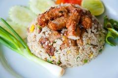 Köstlicher gebratener Reis mit frittiertem Schweinefleisch Lizenzfreies Stockfoto