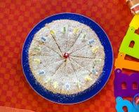 Köstlicher Geburtstagskleiner kuchen auf Tabelle Lizenzfreie Stockfotos