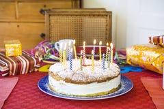 Köstlicher Geburtstagskleiner kuchen auf Tabelle Lizenzfreies Stockbild