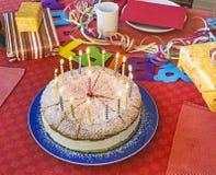 Köstlicher Geburtstagskleiner kuchen auf Tabelle Stockbild