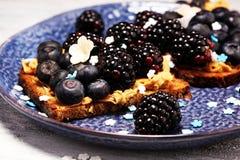 Köstlicher geschmackvoller selbst gemachter Erdnussbuttertoast oder -brot mit Schwarzem stockbild