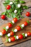 Köstlicher gesunder Antipastisnack caprese, Aufsteckspindeln Stockfoto