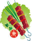 Köstlicher Grill auf Kopfsalatblatt mit Zwiebeln und Tomaten Lizenzfreie Stockbilder