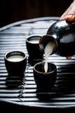 Köstlicher Grund in der schwarzen Keramik auf schwarzer Tabelle stockfotos