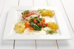 Köstlicher Hauptgericht-Teller auf quadratischer Platte Stockfoto