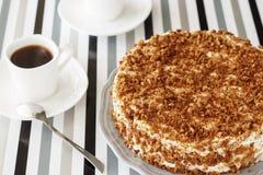 Köstlicher Honigkuchen mit Krume Weißer Teesatz auf backg lizenzfreie stockfotografie