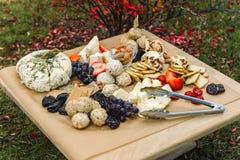 Köstlicher Käse auf dem Tisch Lizenzfreie Stockfotografie
