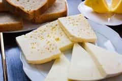Köstlicher Käse auf dem Tisch Stockfoto