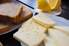 Köstlicher Käse auf dem Tisch Stockbild