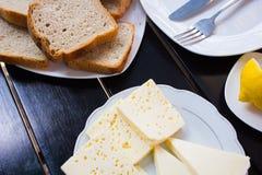 Köstlicher Käse auf dem Tisch Stockfotos