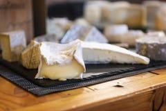 Köstlicher Käse auf einer Tabelle Stockfotografie