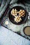 Köstlicher Kaffee des Morgens im Bett Stockfotos