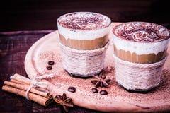 Köstlicher Kaffee mit Sahne und Kakao, selektiver Fokus und getont Stockbild