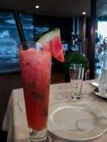 Köstlicher kalter roter Wassermelone Smoothie stockfoto