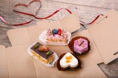 Köstlicher kleiner Kuchen für Valentine Day-Nahaufnahme Lizenzfreie Stockbilder
