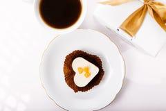 Köstlicher kleiner Kuchen für Valentine Day-Nahaufnahme Stockbild