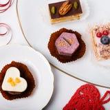Köstlicher kleiner Kuchen für Valentine Day-Nahaufnahme Stockfotos