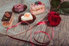 Köstlicher kleiner Kuchen für Valentine Day-Nahaufnahme Lizenzfreie Stockfotografie