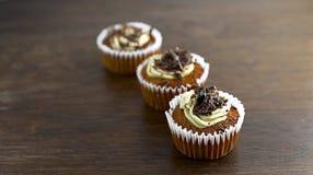 Köstlicher kleiner Kuchen mit Schokolade Stockfotos