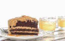 Köstlicher Kuchen auf Platte auf Holztisch Stockbilder