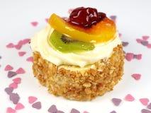 Köstlicher Kuchen auf weißem Hintergrund Stockfotos