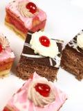 Köstlicher Kuchen auf weißem Hintergrund Stockbilder