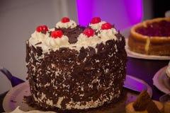 Köstlicher Kuchen mit Eiscreme Stockbild