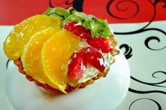 Köstlicher Kuchen mit Früchten schließen oben Lizenzfreie Stockfotos