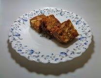 Köstlicher Kuchen mit Mischfrucht auf dekorativer Platte lizenzfreies stockbild