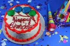 Köstlicher Kuchen mit Vereisung und Festlichkeiten Lizenzfreies Stockbild