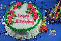 Köstlicher Kuchen mit Vereisung und Festlichkeiten Lizenzfreie Stockbilder