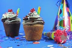 Köstlicher Kuchen mit Vereisung und Festlichkeiten Stockfotos