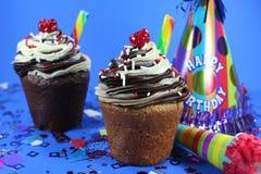 Köstlicher Kuchen mit Vereisung und Festlichkeiten Stockbilder