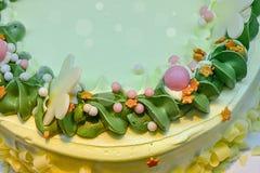 Köstlicher Kuchen und schöne Dekoration Bananenkuchen auf einer Draufsicht des grünen Hintergrundes der Platte weißen Der Kuchen  stockfotografie